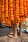 Indiański sprzedawca zakrywający z nagietkiem kwitnie girlandę na kwiatu rynku w Kolkata Zdjęcie Royalty Free