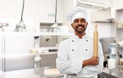 Indiański szef kuchni lub piekarz z wałkownicą przy kuchnią obrazy royalty free