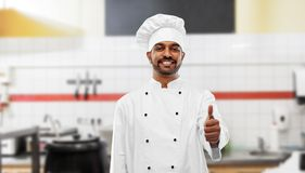 Indiański szef kuchni pokazuje aprobaty przy restauracyjną kuchnią zdjęcie royalty free