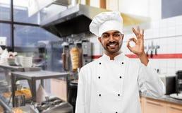 Indiański szef kuchni w toque pokazuje ok przy kebabu sklepem zdjęcie stock