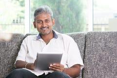Indiański używa dotyka ekranu pastylki komputer osobisty Obrazy Stock