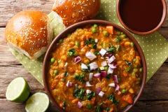 Indiański uliczny jedzenia Pav bhaji warzyw zakończenie w pucharze Hori zdjęcia stock