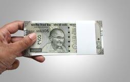 Indiański waluty rupii 500 banknotu plik w ręce zdjęcia royalty free