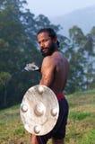 Indiański wojownik wykonuje Kalaripayattu ma z kordzikiem i osłoną Obraz Royalty Free