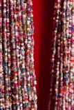 Indiańskich tradycyjnych kolorowych koralików szklana kolia na czerwonym tle jako azjatykci mody pojęcie Obraz Royalty Free