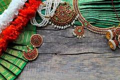 Indiańskie dekoracje dla tanczyć: bransoletki, kolczyki, elementy Indiański klasyczny kostium dla dancingowego bharatanatyam i obraz stock