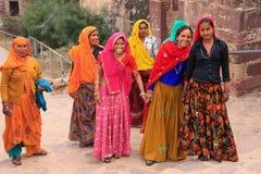 Indiańskie kobiety chodzi w górę schodków przy Ranthamb w kolorowych sari Zdjęcia Royalty Free