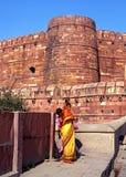 Indiańskie kobiety na zewnątrz Agra fortu, India Zdjęcie Stock