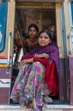 Indiańskie kobiety w kolorowych sari w ciężarówce Zdjęcia Royalty Free