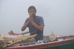Indiańskie vender sprzedawania pamiątki na Ganges rzece Obraz Stock