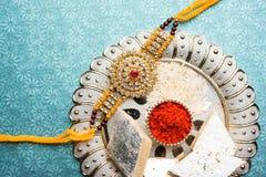 Indiańskiego festiwalu Raksha bandhan przesławny z projektant nicią, cukierkami między braćmi i siostrami wszystkie wieki, obraz royalty free