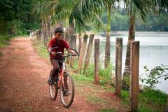Indiańskiej chłopiec jeździecki rowerowy pobliski jezioro obraz royalty free