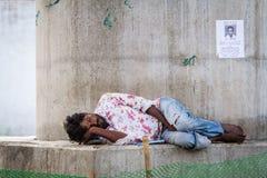 德里, INDIA-AUGUST 29 :印度睡觉在8月2日的街道上 免版税库存图片