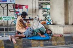 德里, INDIA-AUGUST 29 :印度睡觉在8月2日的街道上 库存图片