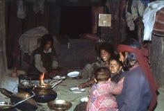1977 India In de keuken Rijst en groenten voor diner Malana Stock Afbeeldingen