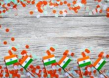 India dzień niepodległości 15 Sierpień, India mine flagi z confetti trzy koloru zielenieją pomarańcze i bielu, na białym wieśniak obrazy stock