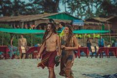 India, Goa - December 4, 2016: Een paar hippies met dreadlocks op het strand van Arambol Stock Foto's