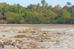India, Goa, Luty 05, 2018 Pusty klingeryt l i szklane butelki Zdjęcie Royalty Free