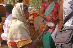 India, GOA, Styczeń 28, 2018 Biedna kobieta pyta dla pieniądze na ulicie w India Żebrak kobieta z szeroko rozpościerać ręką ubóst obrazy royalty free