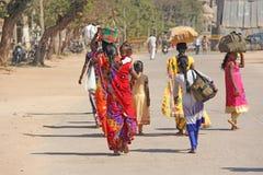India Hampi - 1 Februari, 2018 Een menigte van Indische mannen en vrouwen van de rug in saris op de straten van India Heldere kle stock afbeelding