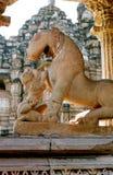 India, het meisje met de leeuw. Stock Fotografie