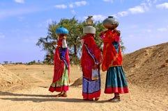 India, Jaisalmer: Vrouwen in de woestijn Stock Foto's