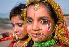India, Jammu, 18 06 2011 de kinderen schilderen Krishna en Radha in Ja af Stock Foto's