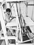 India mężczyzna tkactwo na Tradycyjnym krosienku Obrazy Royalty Free
