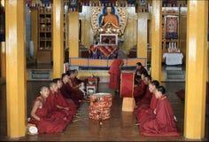1977 India Monges budistas tibetanas no monastério de Namgyal Imagem de Stock