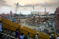 Eclectic Indian cities. Transition from passers-by, construction site, multi-storey residential buildings in Hindu and colonial st. India, new Delhi - February Royalty Free Stock Photos