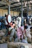 1977 India Os sacos de vegetais estão sendo tornados mais pesados Imagem de Stock Royalty Free