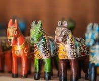 India, Rajasthan Cavalos de madeira velhos - brinquedos para crianças Foto de Stock
