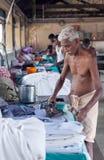 Indiańscy ludzie pracuje mocno na Dhobi Ghat w forcie Cochin, India Zdjęcia Stock