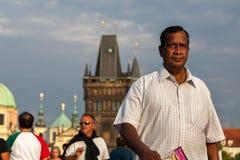 Indiańscy turystyczni spacery na Charles moscie, Praga, zdjęcie stock