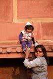 Indiańska kobieta z jej dzieckiem w Czerwonym forcie, Agra Obraz Royalty Free