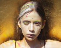 India?ska kobieta z kolorow? neonow? farby makeup twarz? zdjęcia royalty free