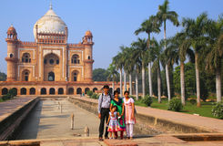 Indiańska rodzinna pozycja przed grobowem Safdarjung w Nowym Del Obraz Royalty Free