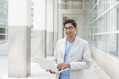 Indiańska samiec z laptopem Obraz Stock