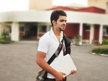 Indiański studenta collegu mienia laptop. Zdjęcie Stock