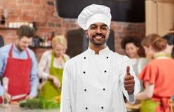 India?ski szef kuchni pokazuje aprobaty przy kulinarn? klas? obraz royalty free