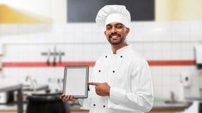 India?ski szef kuchni z pastylka komputerem osobistym przy restauracyjn? kuchni? obrazy royalty free