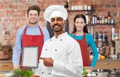 India?ski szef kuchni z pastylka komputerem przy kulinarn? klas? obrazy royalty free