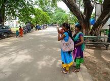Indiańskie kobiety stoi na ulicie w Agra, India Zdjęcie Royalty Free