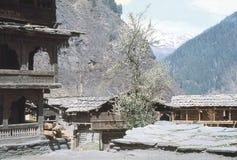 1977 india Tempel med träcarvings Malana Arkivbild
