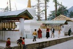 1977 India Tibetaanse pelgrims en kinderen door de het bidden molens Stock Afbeelding