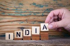 india Träbokstäver på den informativ och kommunikationsbakgrunden för kontorsskrivbord, fotografering för bildbyråer