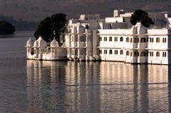 India, udaipur: Het paleis van het meer Stock Foto's