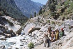 1977 India Um grupo pequeno de peregrinos em sua maneira a Manikaran Imagens de Stock Royalty Free