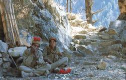 1977 India Um par local está tendo um resto Imagem de Stock
