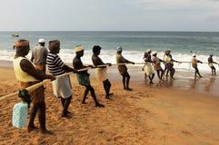 India: Vissers bij Kovalam-Strand in Kerala stock fotografie